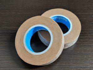 ほくろ除去治療後に貼るテープを紹介しています